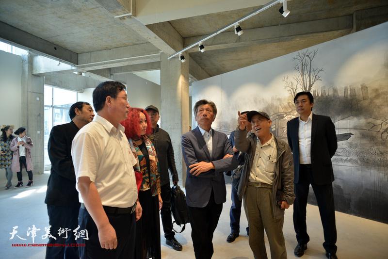 范迪安参观蔚县国际艺术小镇展厅。