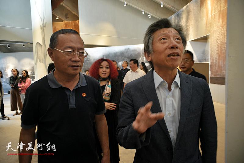 蔚县县委书记刘书锋、策展人边静陪同范迪安参观蔚县国际艺术小镇美术馆。