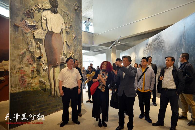 范迪安参观蔚县国际艺术小镇美术馆展出的作品。