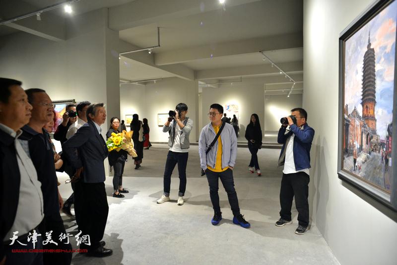 范迪安在展出的张胜作品前,驻足观赏。