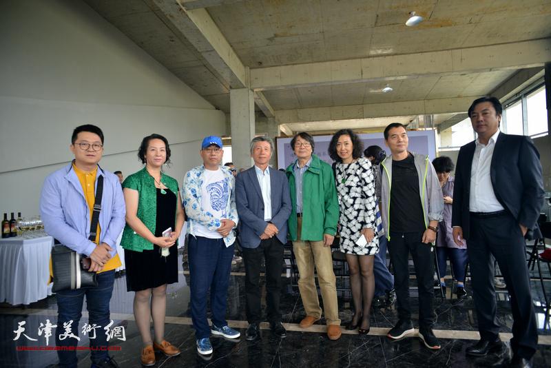 范迪安与天津艺术家张胜、李云飞、伯骧、张超、一聪在蔚县国际艺术小镇美术馆。