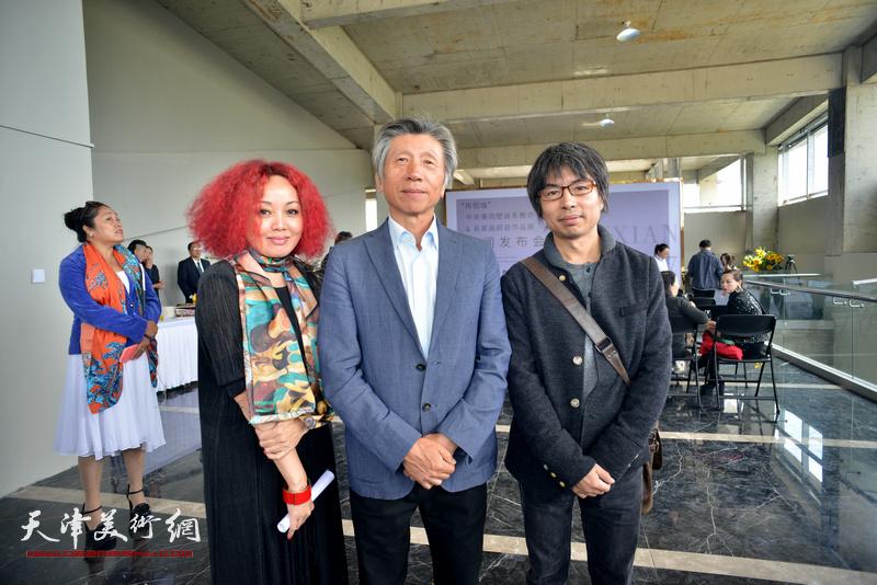 范迪安与策展人边静在蔚县国际艺术小镇美术馆。