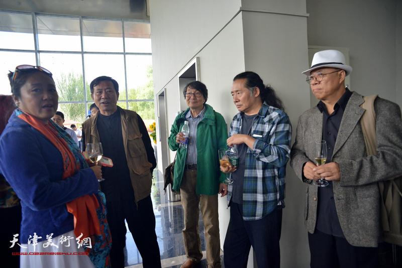张胜与刘溢、王玉琦在蔚县国际艺术小镇美术馆。