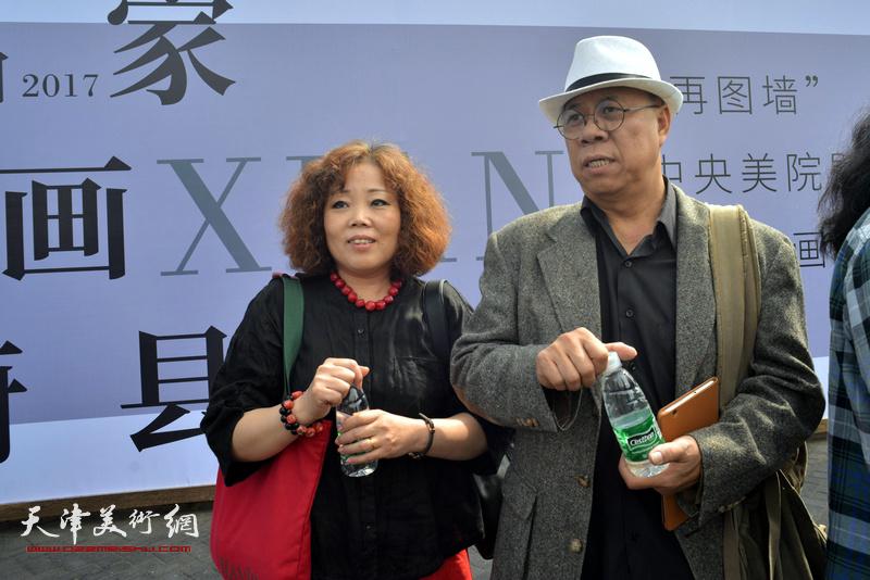 赵新立与王玉琦在蔚县国际艺术小镇美术馆。
