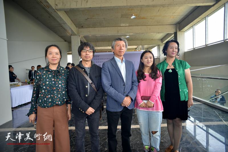 范迪安与观众在蔚县国际艺术小镇美术馆。