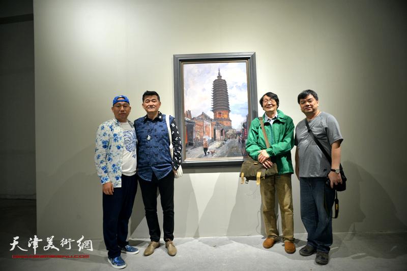 张胜与天津知名收藏家张传伦、一聪、凌建华在作品前