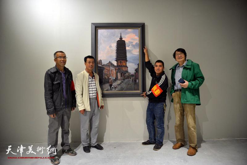 张胜与美术馆工作人员在作品《塔韵蔚旺》前。