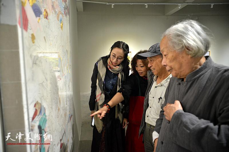 李化吉、孙景波、赵新立、李丹一起观赏李丹的作品《蔚县固城寺壁画》