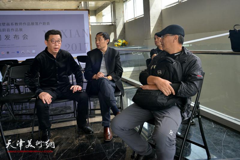 马路与李天国在蔚县国际艺术小镇美术馆。