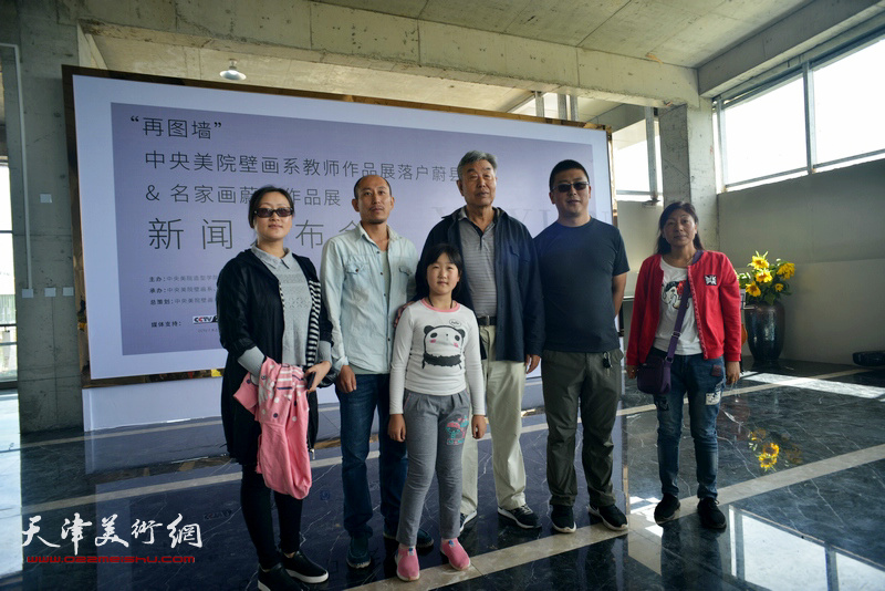 蔚县著名民间剪纸艺术家陈越新与观众在国际艺术小镇美术馆。