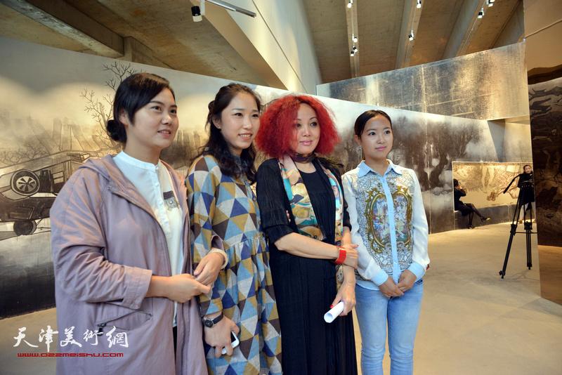 策展人边静与观众在国际艺术小镇美术馆。