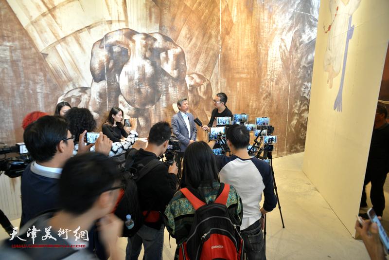 多家媒体现场采访范迪安院长