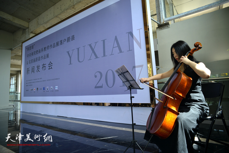 天津音乐学院张晶晶现场演奏大提琴助兴。