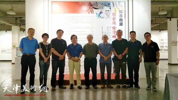 王书平、李耀春、张福有与城市画派画家柴博森、阚传好、何成、顾素文等在画展现场。