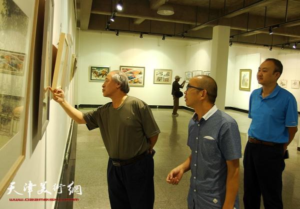 王书平主席细心观看城市画派艺术家们的画作
