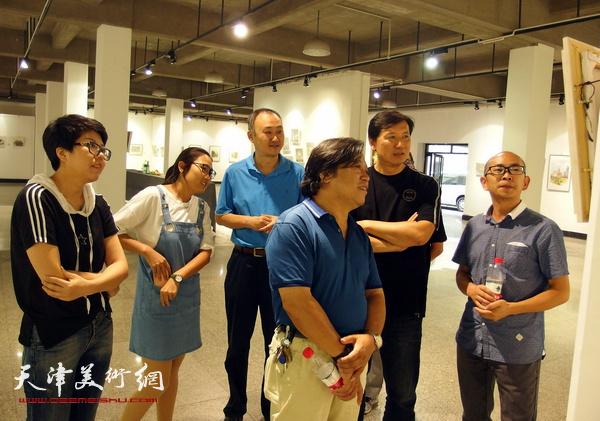 艺术家柴博森、阚传好、顾素文陪同李耀春、张福有观看展品。