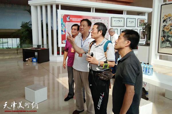 体育总局宣传司副司长曹康参观天津体育文化作品展
