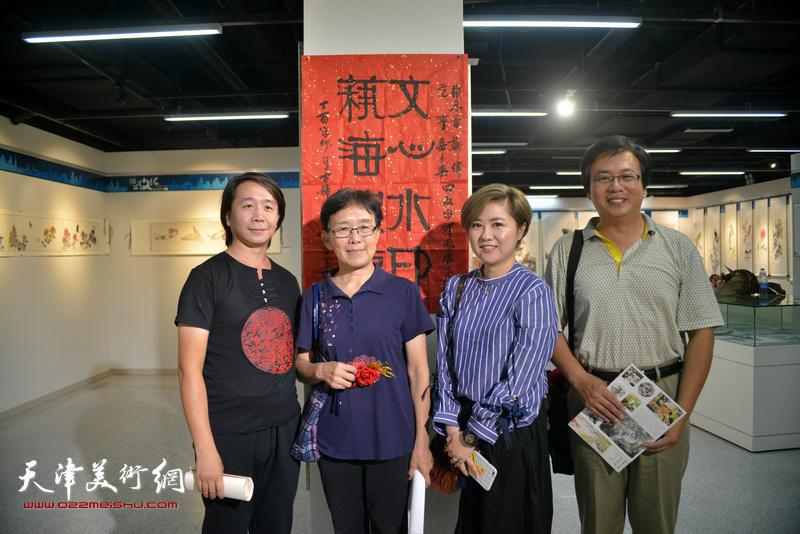 左起:范宁、肖慧珠、王霞、刘波在书画展现场。
