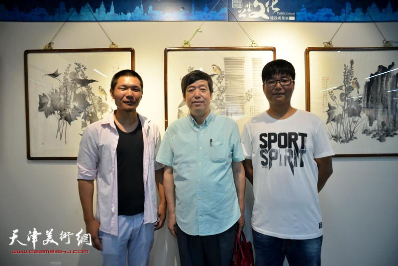 左起:郑伟、陈元龙、岳立兴在书画展现场。
