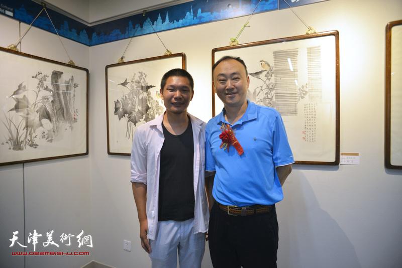 郑伟、柴博森在书画展现场。