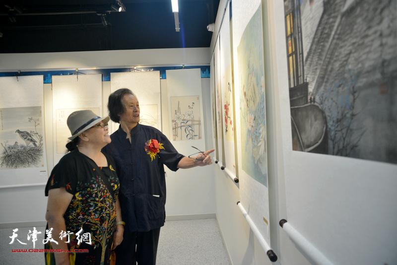 衣惠春在观赏展出的作品。