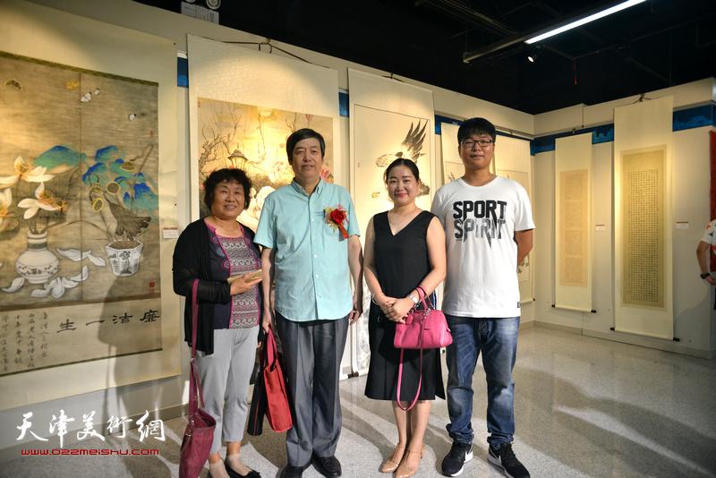 左起:李永琴、陈元龙、訾春花、岳立兴在书画展现场。