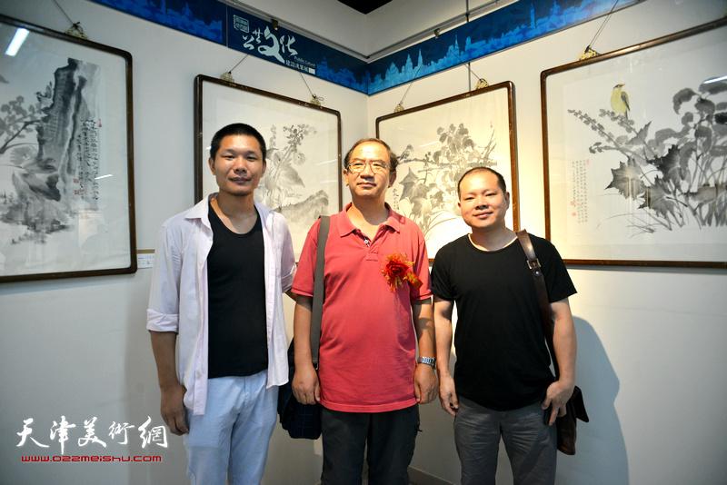 左起:郑伟、顿子斌、黄辉在书画展现场。