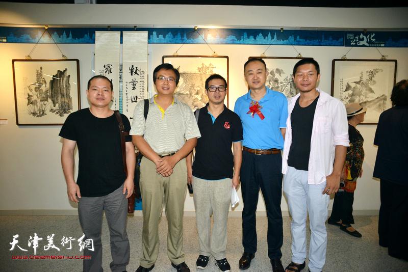 城市画派成员,左起:黄辉、刘波、陶学仕、柴博森、郑伟在书画展现场。