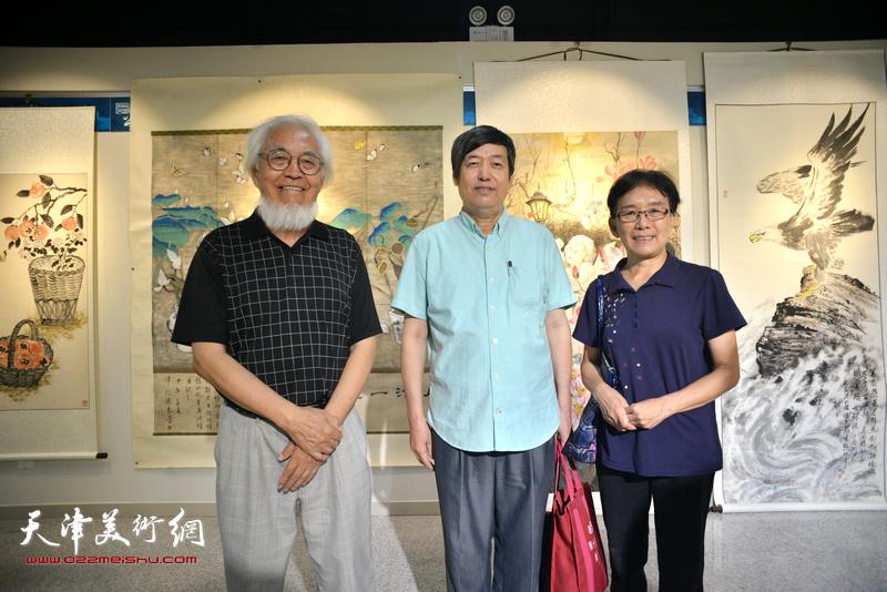 左起:李庆增、陈元龙、肖慧珠在书画展现场。