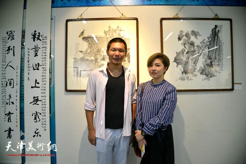 郑伟、王霞在书画展现场。