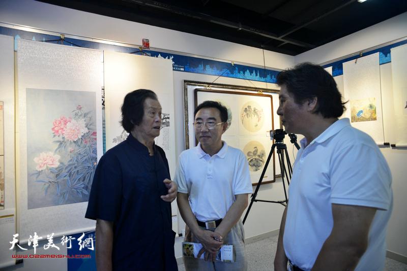 衣惠春、高学年、柳春水在画展现场交流。