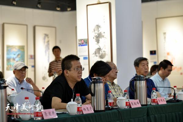 """李毅峰、李耀春、张京生在""""画说天津""""重大历史题材美术创作工程座谈会上。"""