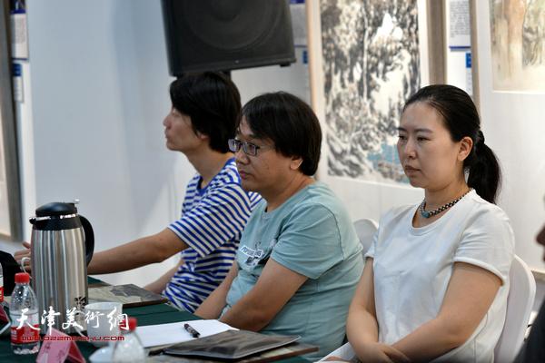 """任欢、张晓彦、汪洋在""""画说天津""""重大历史题材美术创作工程座谈会上。"""
