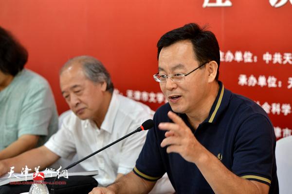 """张桂元在""""画说天津""""重大历史题材美术创作工程座谈会上。"""
