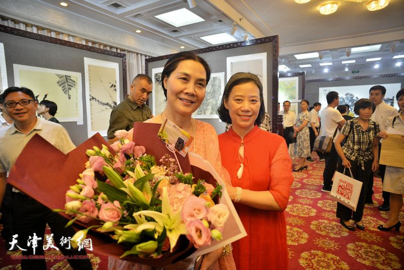 肖映梅与天津天美时代艺术发展有限公司董事长孙萍茹在画展现场。