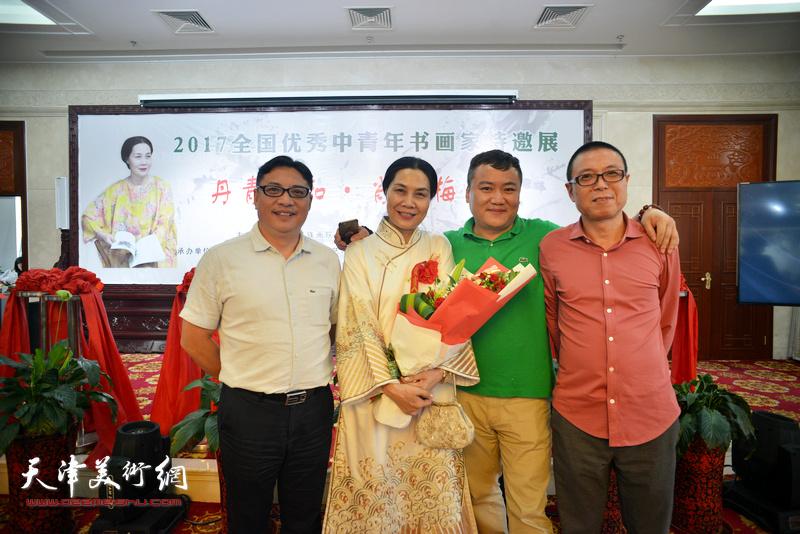 肖映梅与侯立远、邱辉、朱晏彬在画展现场。