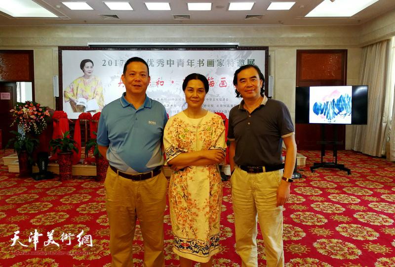 """肖映梅与""""扬州八怪""""纪念馆馆长刘方明在画展现场。"""