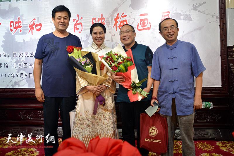 肖映梅与中国新闻出版书法家协会副主席吴川淮在画展现场。