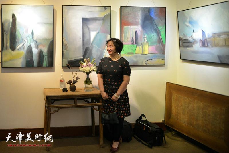 康乐在画展现场观看作品。