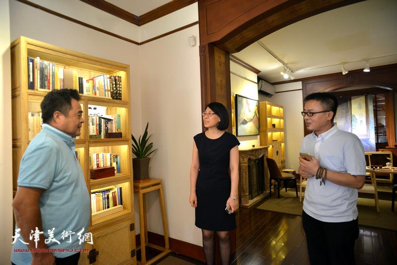 蒋长虹、郭云英、乔瑞民在画展现场交谈。