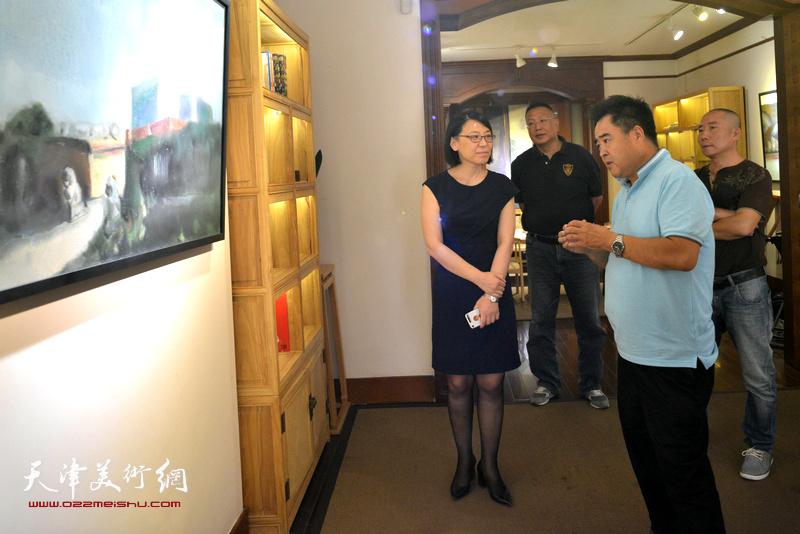 蒋长虹、郭云英在画展现场交谈。