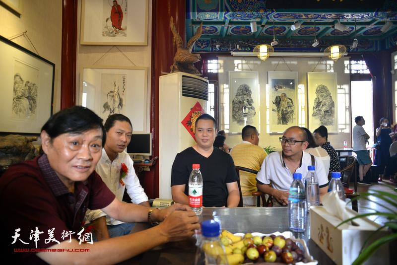 左起:琚俊雄、姚铸、姚丽彬、阚传好在画展现场。