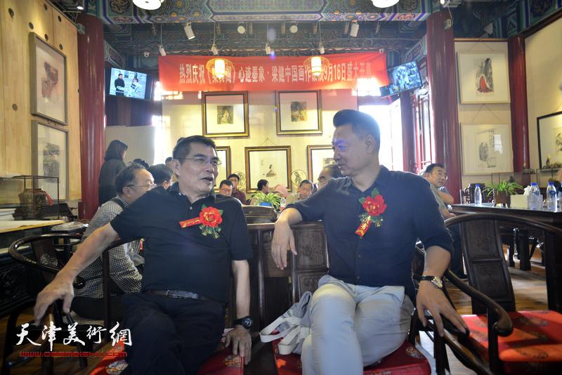 左起:杨佩璋、李旺在画展现场。