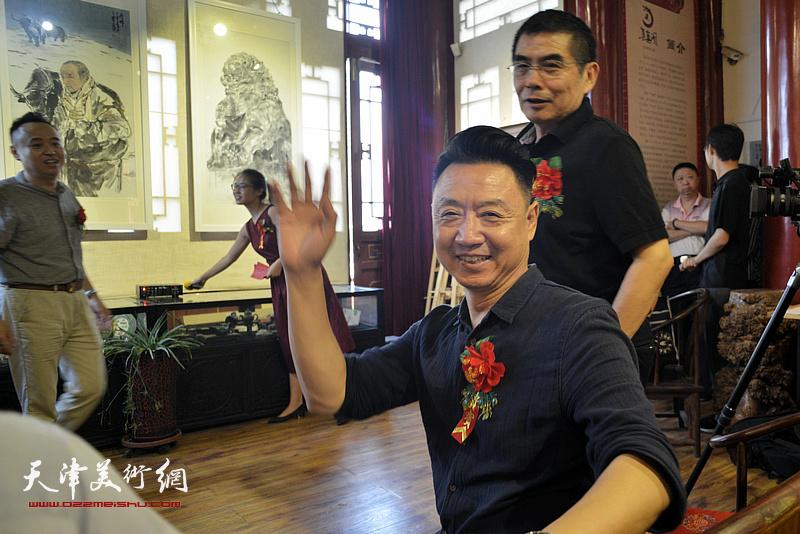 杨佩璋、李旺在画展现场。
