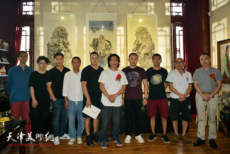 左起:韩金山、范馨心、赵宏伟、姚铸、姚丽彬、梁健、于新蕾、阚传好、马明在画展现场。