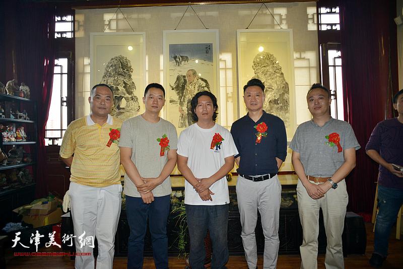 梁健与周午生、李旺、马明在画展现场。