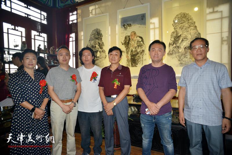 左起:王霭馨、马明、梁健、琚俊雄、李安其、顾文忠在画展现场。