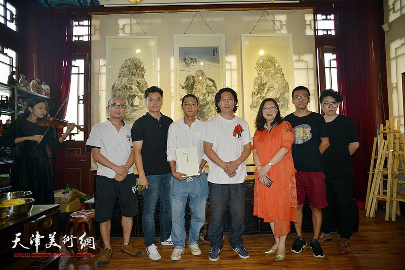 左起:阚传好、赵宏伟、姚铸、梁健、王巍、、范馨心在画展现场。