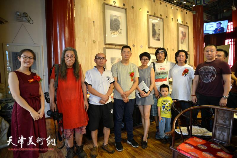 左起:任毅、赵谭、阚传好、周午生、顾素文、刘璐、梁健、于新蕾在画展现场。