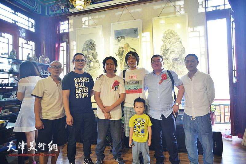 左起:阚传好、何俊、梁健、刘璐、郭素辉、姚铸在画展现场。